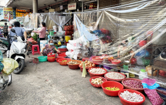 Chợ truyền thống ở TPHCM: Bên trong đìu hiu, bên ngoài tấp nập