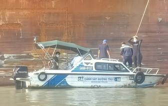 """Clip: Cảnh sát """"người nhái"""" vào cuộc tìm kiếm người mất tích vụ chìm sà lan ở Cần Giờ"""