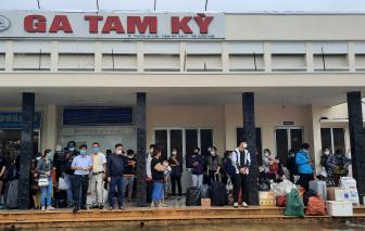 Lũ gây sạt lở đường sắt, phải trung chuyển hàng trăm hành khách