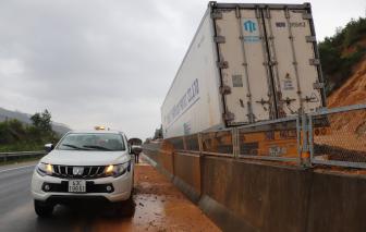 Sạt lở hơn 1.000m3 đất trên cao tốc Đà Nẵng - Quảng Ngãi, xe cộ ùn ứ hàng cây số
