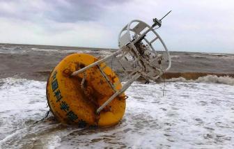 """Thừa Thiên - Huế: Ngư dân bất ngờ phát hiện nhiều """"vật thể lạ"""" trôi vào bờ"""