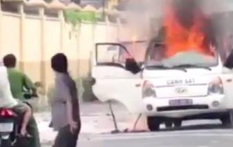 Xe thùng chở phạm nhân của Công an TPHCM bốc cháy khi đang chạy trên đường