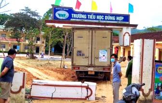 Xe tải bê cổng trường học, để lộ cột trụ không thép
