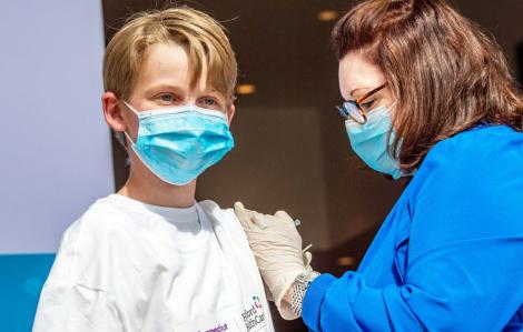 Thế giới tăng tốc tiêm chủng cho trẻ em